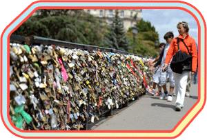 Традиція вішати на міст «Замки кохання»